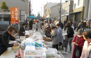 新鮮な野菜や魚介類などを求める大勢の客でにぎわう朝市=高岡市大手町で