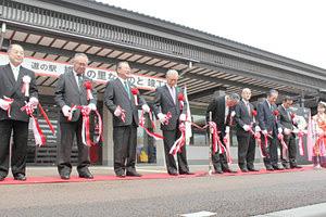 道の駅「織姫の里なかのと」の竣工を祝うテープカット=中能登町井田で