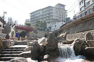 温泉街の中ほどを流れる有馬川には親水広場が整備されている