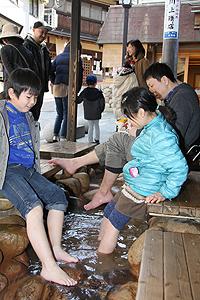市営の入浴施設「金の湯」の屋外には無料の足湯が用意されている=いずれも神戸市の有馬温泉で