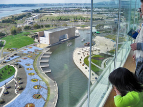 高さ50メートルの展望塔からは会場や浜名湖が見渡せる=浜松市の浜名湖ガーデンパークで