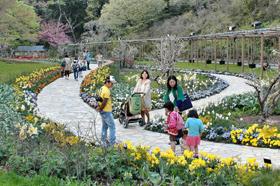 スマイルガーデンでの散策を楽しむ家族連れ=浜松市のはままつフラワーパークで