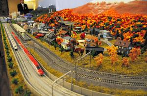 ロビーで展示されている鉄道ジオラマ=長野市のメトロポリタン長野で