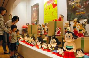 小池さんのコレクションが並ぶ会場=桑名市の「長島ふれあい学習館」で