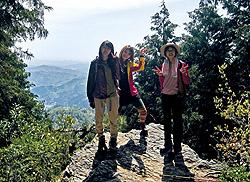 釜ケ谷山中腹の行者岩からの眺め