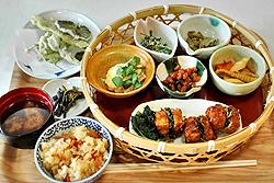 田舎料理が満載の「舟伏の里特製ランチ」=いずれも岐阜県山県市で