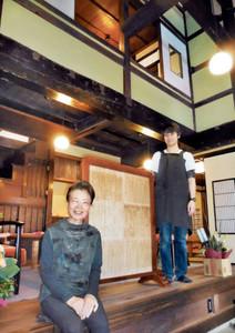 高い吹き抜けのあるカフェに生まれ変わった町家とオーナーの中屋幸子さん(左)、古田航也さん=金沢市東山で