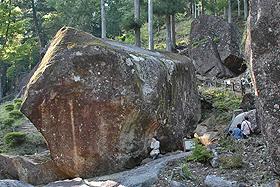 岩陰に差し込む太陽光で夏至や冬至が分かる金山巨石群