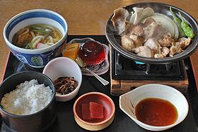 下呂の特産食材を生かした「筋骨ランチ」。右上が「鶏ちゃん」=いずれも岐阜県下呂市金山町で