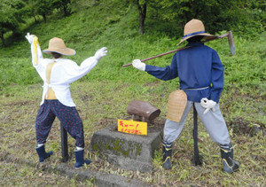 チームTAKOが作ったかかし「キャー!イノシシだ~」=設楽町津具で