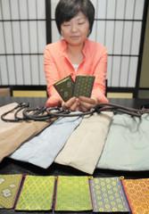 余った畳縁で作った名刺入れなどの製品を開発した浜中成美社長=石川県七尾市万行町で