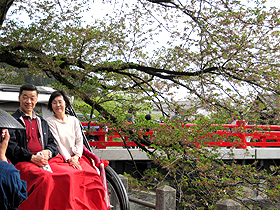 人力車に乗って古い町並みを巡る夫婦=岐阜県高山市で