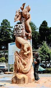 スギの巨木をチェーンソーで彫刻した「天地竜」=東栄町本郷の東栄グリーンハウスで
