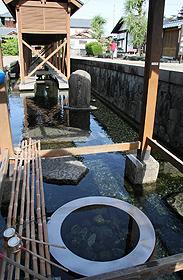 かつては大野城主の飯米を研いでいた御清水=いずれも福井県大野市で
