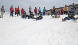 雪の滑り台を楽しむ人たち=立山町の立山・室堂で(立山黒部貫光提供)