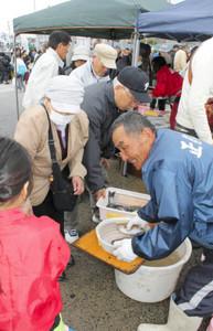 買い物客でにぎわう「とれとれ漁師市」=南知多町大井で