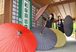 来園者への貸し出しが始まった和傘=名古屋市東区の徳川園で
