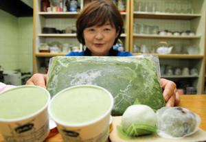 冷凍保存したクレソンのペースト(奥)を使って開発したアイスクリーム(手前左)と大福と上用まんじゅう=三重県松阪市飯高町の「はぜの風」で