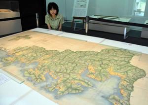 正確な地形図が目を引く江戸時代後期の絵図「木本組全図」=尾鷲市向井の県立熊野古道センターで