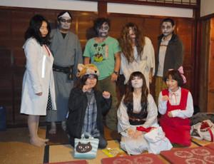 昨年の「大聖寺怪談会」でお化けにふんした実行委のメンバーたち=加賀市大聖寺魚町で