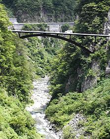 深い谷を渡る蛇谷大橋。大自然を眺めながらのドライブは爽快だ=いずれも石川県の白山スーパー林道で
