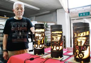 でか山を題材にした竹灯籠と作者の岡島昭彦さん=七尾市の和福工房はる喜で