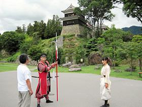 上田城跡公園を案内する信州上田おもてなし武将隊=長野県上田市で