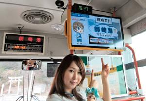 海っ子バスの西海岸線に導入された「車内情報システム」を指さす声優のきむらさん=南知多町師崎で(町提供)