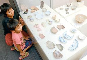 生産地別に並んだ全国各地の陶磁器=小松市埋蔵文化財センターで