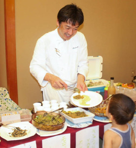 試食会で新作のよごしを提供する沢田謙二さん=南砺市の法林寺温泉で