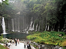 滝つぼ周辺の環境が整った白糸ノ滝=いずれも静岡県富士宮市で
