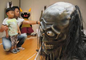 恐ろしい姿で子どもたちを怖がらせている妖怪オブジェ=東近江市の能登川博物館で