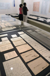 土佐守家に仕えた家臣の仕事や暮らしに関する資料が並ぶ企画展=金沢市片町で