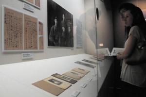 川端康成の写真や手紙などを眺める人たち=岐阜市長良の長良川うかいミュージアムで