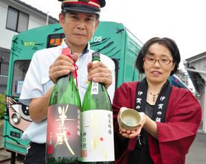 おちょこと酒瓶を手に参加を呼び掛ける関係者ら=伊賀市内で