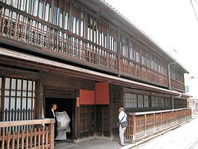江戸期に建てられた揚屋建築のシンボル「島原角屋」