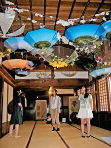 一日の瞬間を表現した現代アートに見入る来場者=金沢市昌永町で