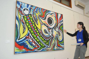 企画展で公開されている岡本太郎さんの油彩画「遭遇」=諏訪市美術館で