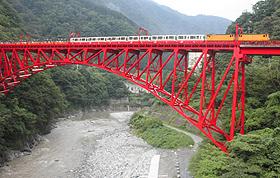 峡谷を渡るトロッコ電車