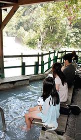 欅平には絶景の河原に面した足湯がある=いずれも富山県黒部市で