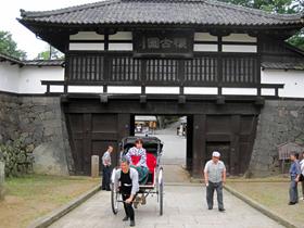 女学生の衣装に着替えて人力車で観光=長野県小諸市の懐古園で