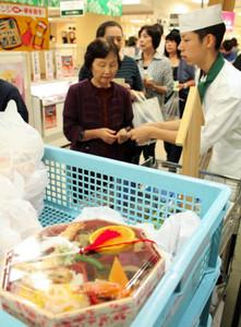 相可高校による特製弁当(手前)を求めて列を作る来場者ら=津市東丸之内の百貨店「津松菱」で
