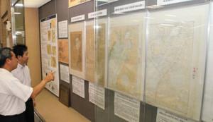 名古屋港の歴代海図が並ぶ特別展=名古屋市昭和区の市鶴舞中央図書館で