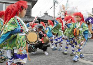 本番前に衣装を着て猩々踊りを練習する子ども=竜王町川守で