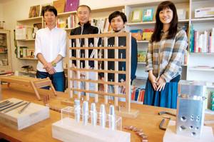 光沢や溝がかもすネジの造形美を味わえる「ネジ展」=浜松市中区の絵本の店キルヤで