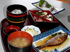 新鮮な魚にこだわった「かもめ」の定食=いずれも京都府伊根町で