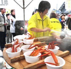 特産のベニズワイガニが入ったかに鉄砲汁などが人気を呼んだ「魚の駅生地」の創業祭=黒部市生地中区で