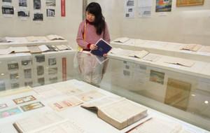 伊藤家に伝わる史料が並ぶ会場=彦根市の滋賀大経済学部付属史料館で