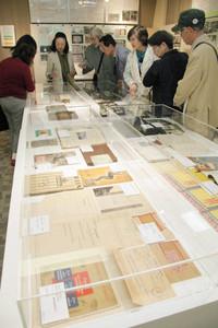 前畑秀子さんに関する展示品=名古屋市千種区の椙山女学園大で