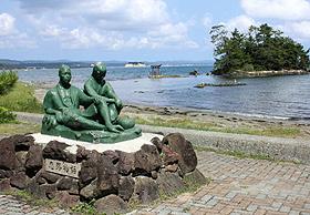 助三郎と鍋乃の「恋路物語」の銅像=石川県能登町の恋路海岸で